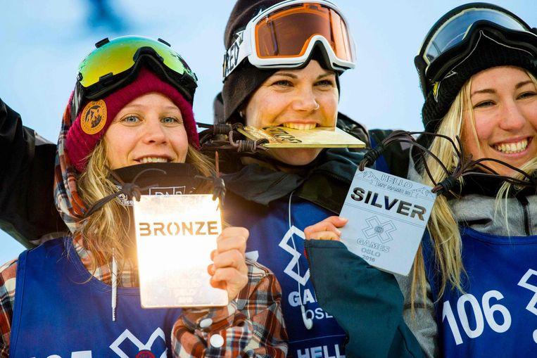 Cheryl Maas (midden) toont haar gouden plak die ze behaalde op de X Games Oslo in februari 2016 Beeld afp