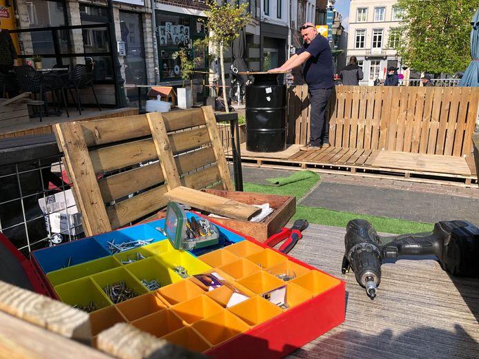Aan het Wiel op de Veemarkt is men nog volop bezig met de opbouw van het terras.