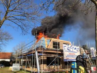 Dak vat vuur tijdens renovatiewerken, werknemers en bewoners kunnen ontkomen