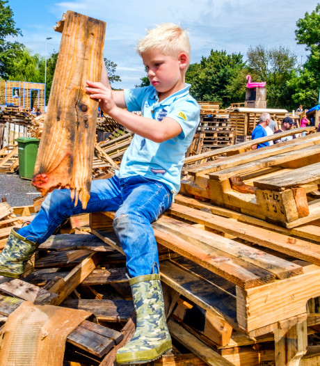 Van de schoolbank direct door naar huttenbouw in Roelofarendsveen