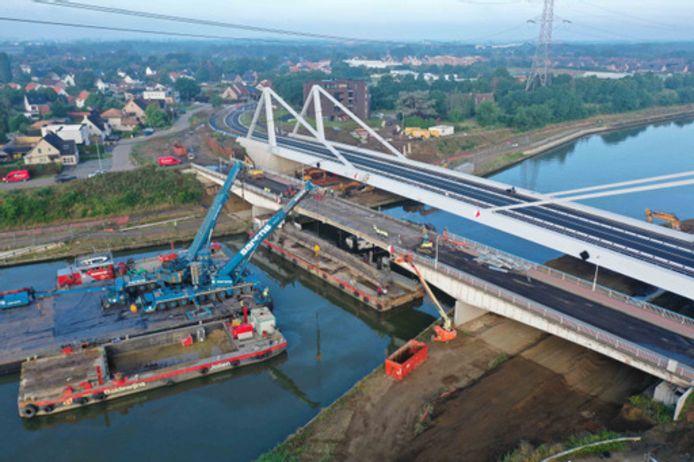 De brug aan de Herenthoutseweg werd zondag afgebroken