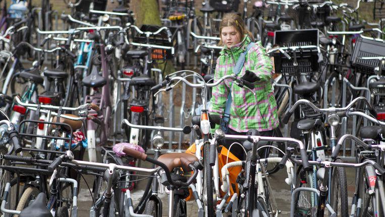 Een meisje zet haar fiets in het fietsenrek. Op archiefbeeld. Beeld Anp