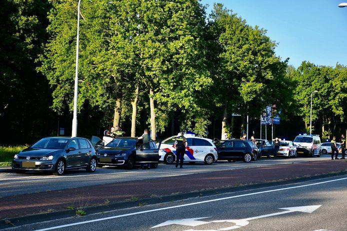 De auto's werden klemgereden op de Hagenweg in Vianen