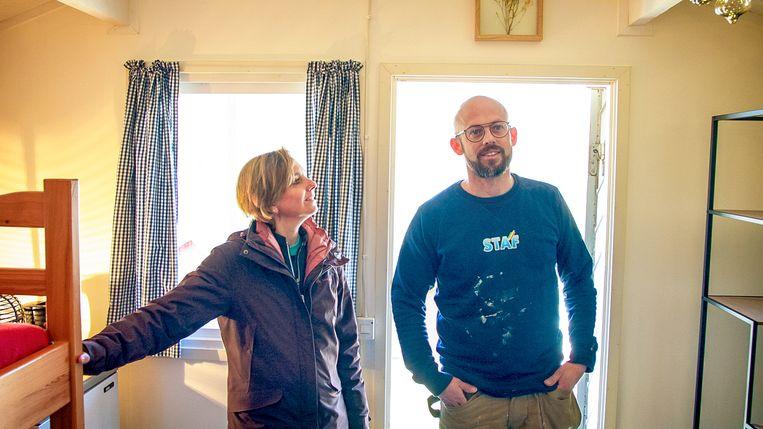 Staf en Monique Coppens denken na over de inrichting van de vakantiehutjes op hun camping. Beeld VTM