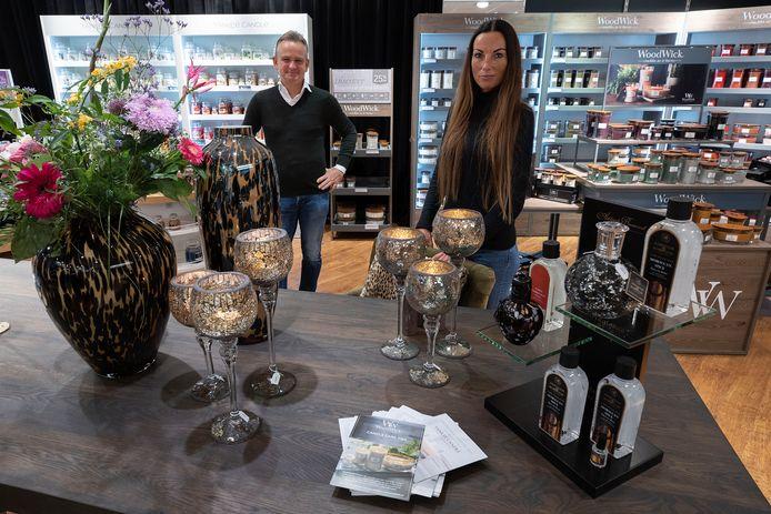 Ronald Jegerings en Rosalie Akkermans in hun winkel in de Heuvel.
