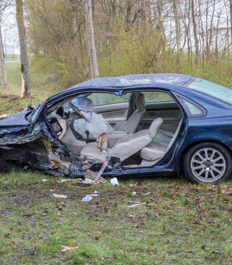 Bestuurder raakt zwaargewond bij botsing tegen boom in Zevenbergen, traumahelikopter ter plaatse