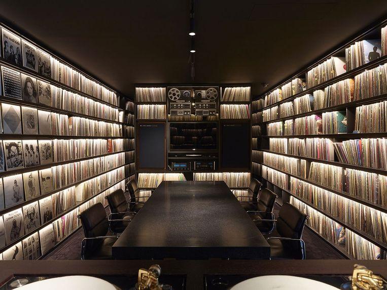 De imposante vinylcollectie in Studio DEEWEE, het zenuwcentrum van de broers Dewaele. Beeld Glenn Sestig architects
