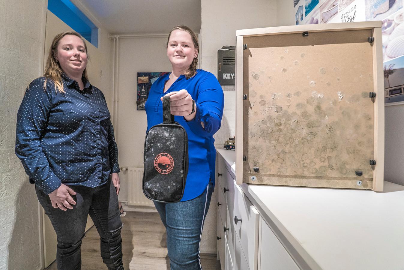 Elyse van der Holst (links) en  Lynn van  Holsteijn hebben last van schimmel in huis. Van een nachtkastje tot aan een toilettas. Het zwarte gedaante laat overal haar sporen achter.
