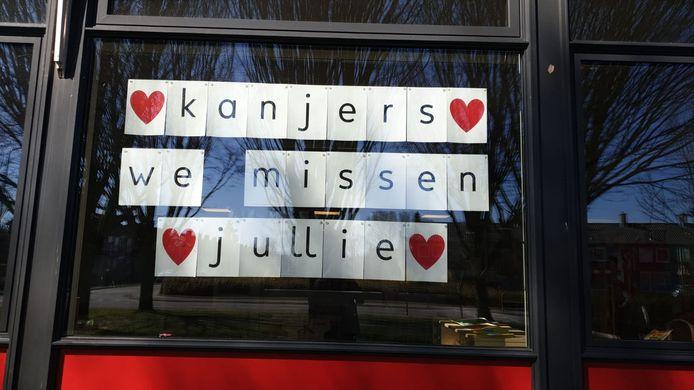 Scholen plakken boodschappen op de ramen voor hun leerlingen. Openbare basisschool de Zevensprong in Rijsenhout.