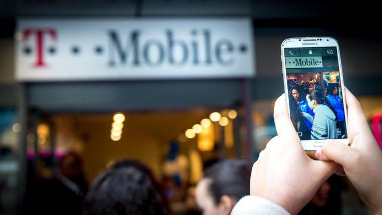 Klanten in de rij bij T-Mobile, tijdens de verkoop van de nieuwste Samsung smartphones. Beeld anp