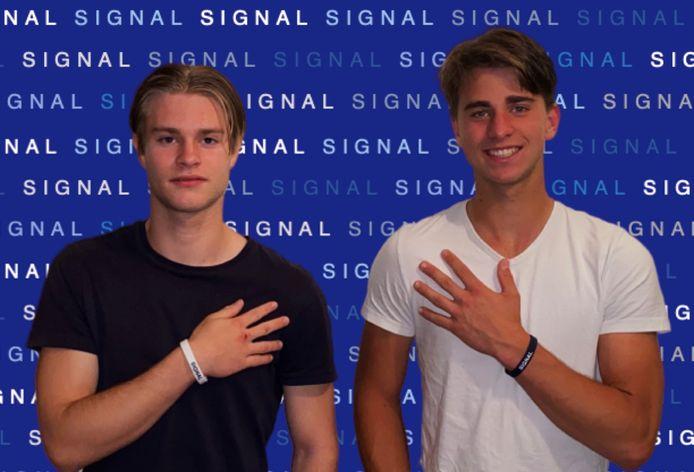 Luke (links) en Ryan Hectors met hun coronabandjes, Signal Band genaamd.