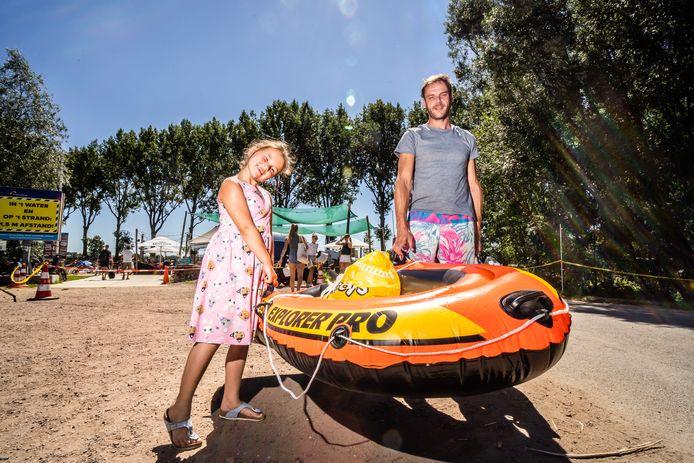 Nikita en haar vader Marco zoeken verkoeling in Huissen en gaan daar naast zwemmen ook hun nieuwe opblaasboot voor het eerst proberen.