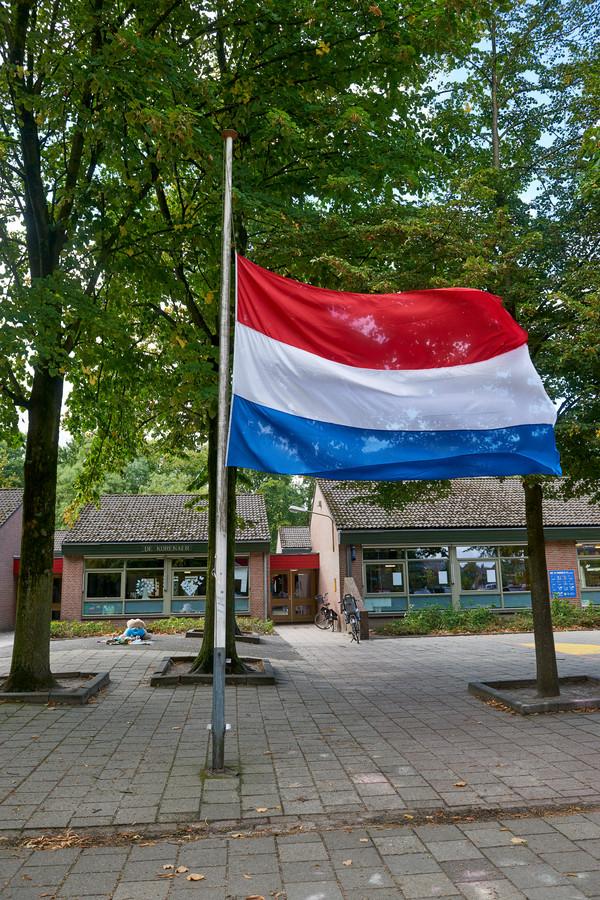 De vlag van basisschool de Korenaer, waar de slachtoffertjes op school zaten, halfstok.