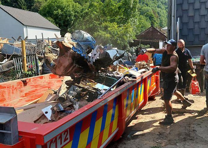 Uit de huizen moet nog heel wat puin worden gehaald dat vervolgens in containers wordt verzameld op straat.
