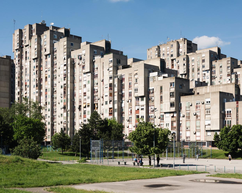 Woonflats in Novi Beograd, de wijk in Belgrado waar oud-president Radovan Karadzic zich jarenlang schuilhield, vermomd als alternatieve geneesheer. Beeld Martino Lombezzi