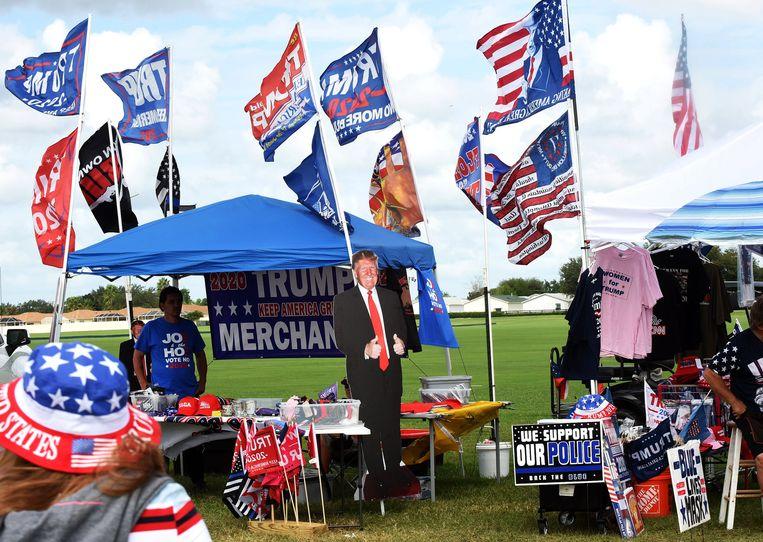 Een kraampje met Trump-spullen. Beeld Photo News