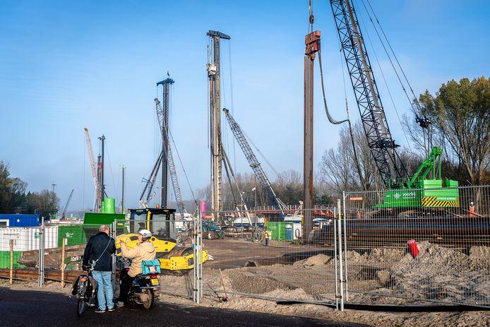 Het intrillen van damwanden bij de Rottekade in Bergschenhoek. Het werk voor de nieuwe rijksweg A16 Rotterdam haalt soms het geluidsniveau van 90 decibel, volgens Rijkswaterstaat zijn er geen overschrijdingen.