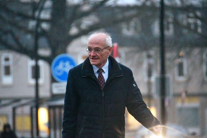 De Twentse zakenman en multimiljonair Gerard Sanderink (72) op weg naar de rechtbank in Almelo.