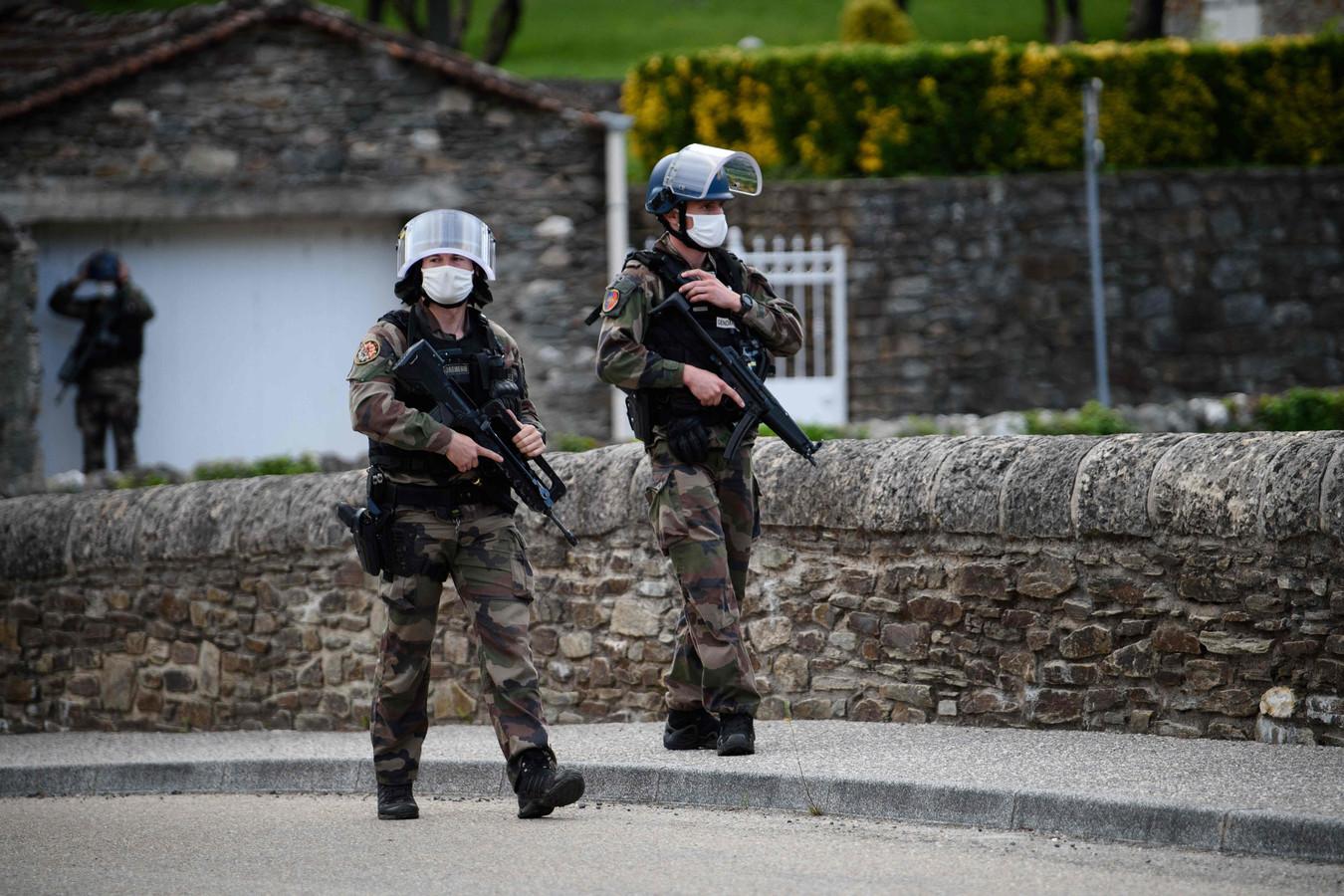 In het Franse gehucht Les Plantiers en omliggende dorpen wordt gepatrouilleerd door de politie. Ze zijn op zoek naar Valentin Marcone. De inwoners van het gehucht zijn gevraagd om zoveel mogelijk binnen te blijven.