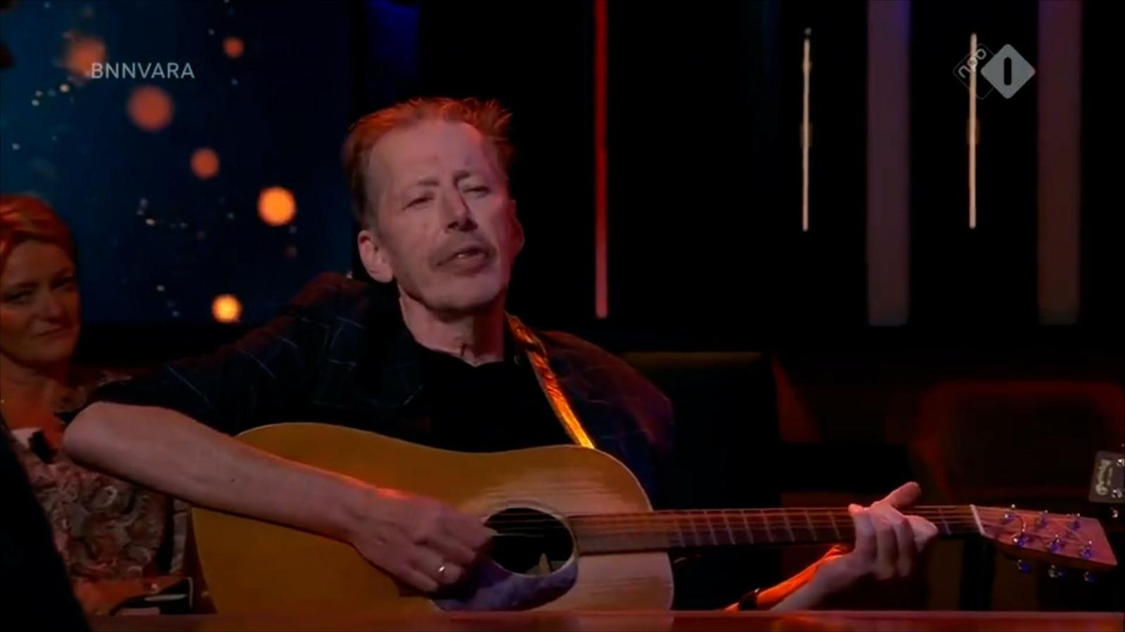 Aan tafel bij Op1 zat Jan Rot, die onlangs bekendmaakte dat hij ongeneeslijk ziek is. Hij zong zijn vertaling van Danny Vera's hit Roller coaster.