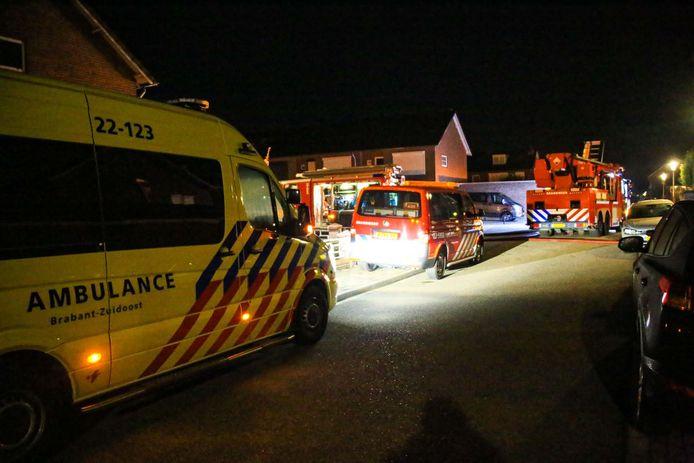 Overkapping in brand in Helmond, bewoners weten woning veilig te verlaten.