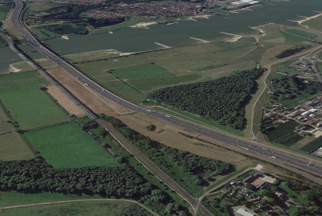 Onderaan in beeld: de spoorwegovergang op de dijk bij Waardenburg die gaat verdwijnen.