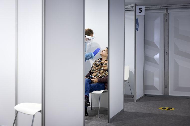 Mensen laten zich testen in de teststraat bij de Keukenhof. Beeld ANP