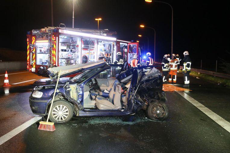 Een bestuurster moest uit deze zwaar beschadigde auto worden bevrijd.