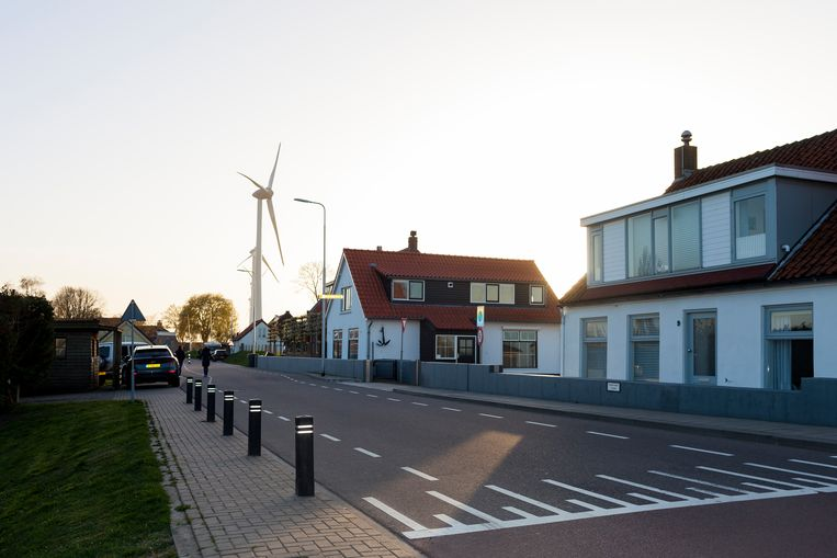 De vijf gigantische windturbines overschaduwen alles in Nieuw-Beijerland.  Beeld Renate Beense