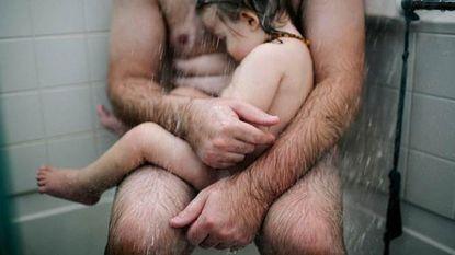 Foto van vader en zoon in de douche is sterk statement