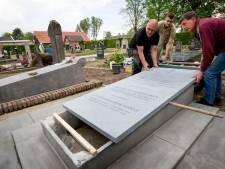 Informatiebord maakt de restauratie van het graf van de eerste suikerdirecteur af