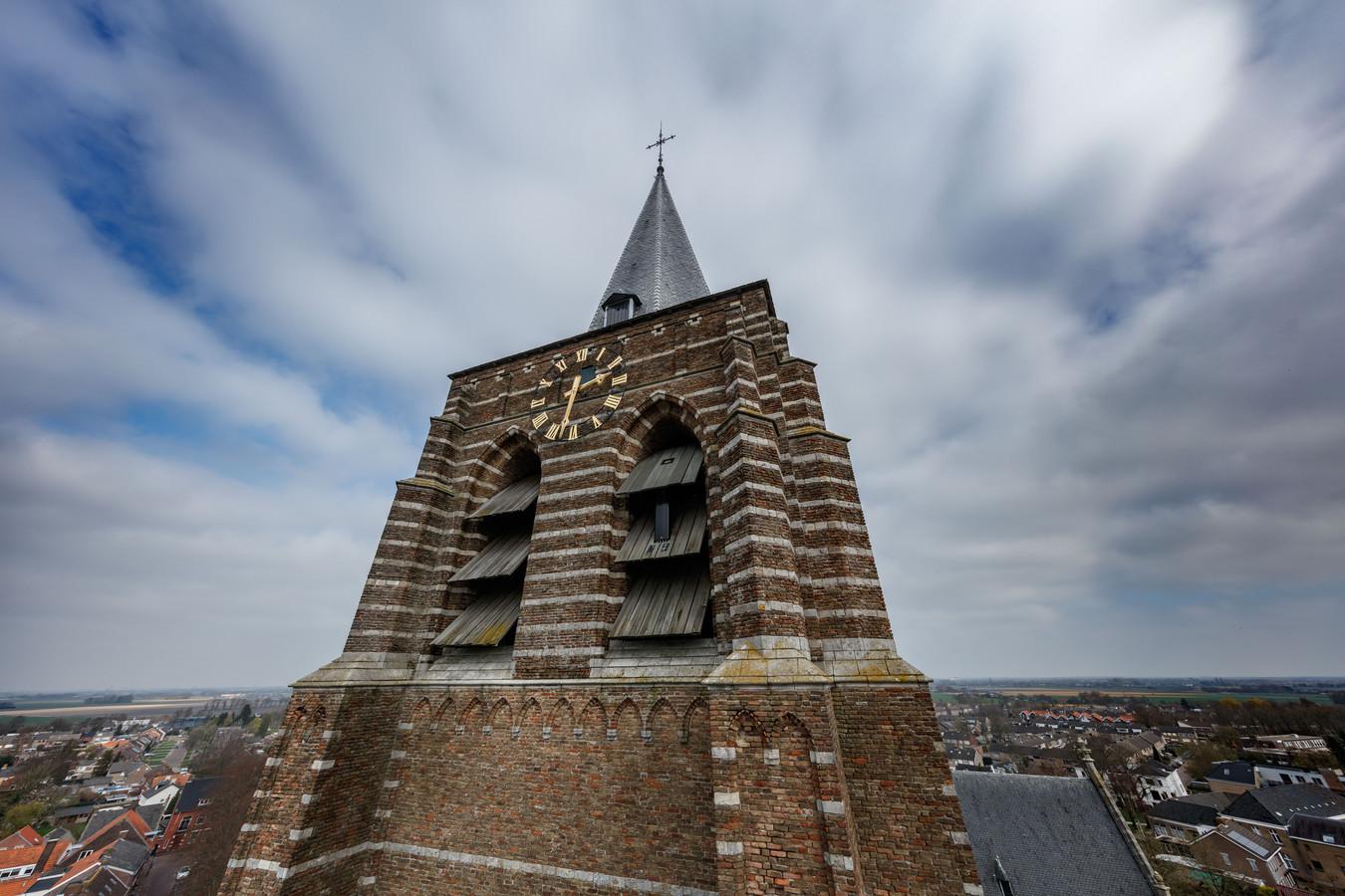 De toren van de imposante Lambertuskerk in Wouw is dringend aan een opknapbeurt toe.