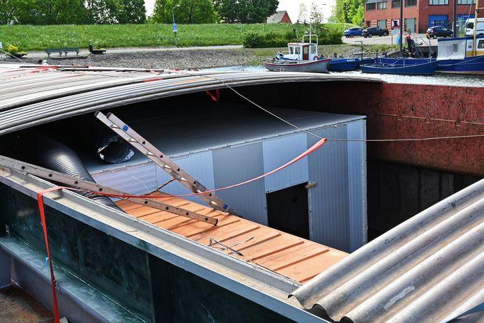 Het drugslab dat vrijdagmiddag in een schip werd gevonden in Moerdijk.