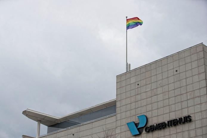 Op Coming Out Day 2017 hees gemeente Veenendaal de regenboogvlag ter ere van de vrije en diverse samenleving.
