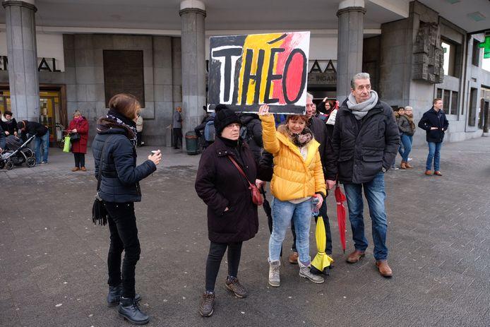 Slechts vijf demonstranten daagden op om Theo Francken te steunen.