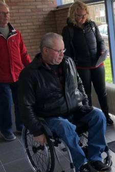 Rolstoeltest in Hansweert: 'breek-je-nekstoep' bij de gymzaal en onhandige deur bij het dorpshuis
