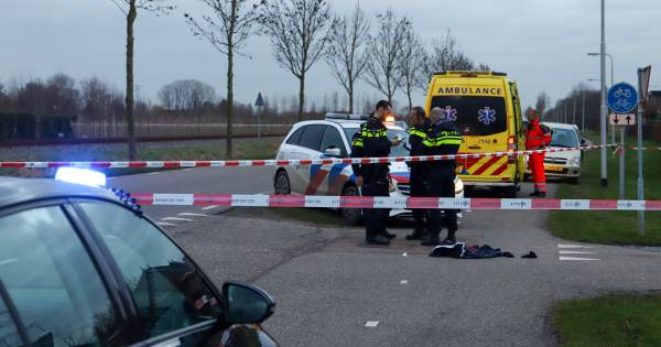 Fietser zwaargewond bij botsing met scooter in Herveld.