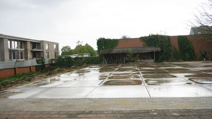 Er is al een betonvloer gelegd op het perceel. Binnenkort volgt er een tijdelijke tentconstructie.