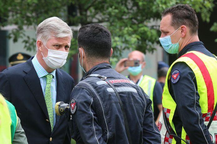 De Belgische koning Filip heeft een bezoek gebracht aan de rampplek in de Antwerpse wijk Nieuw-Zuid.
