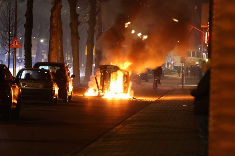 Een brandende auto in de Graafsewijk in Den Bosch, eerder op de avond. Beeld ANP