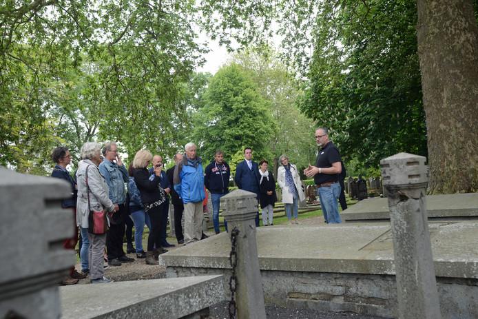 Leon Bok leidt de bezoekers rond opmerkelijke plekken op de begraafplaats in Zierikzee