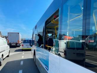 """Lijnbus met 10 passagiers aangereden door vrachtwagen: """"Plots regende het glasscherven"""""""