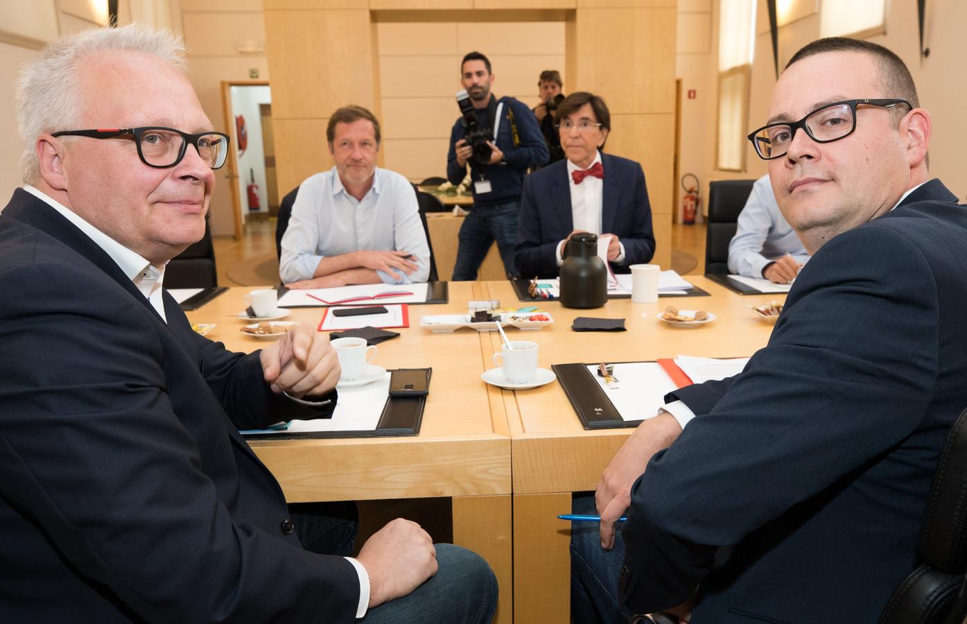 Peter Mertens, président du PTB et Raoul Hedebouw, porte-parole du parti, face à Elio Di Rupo et Paul Magnette, ce mardi 11 juin.