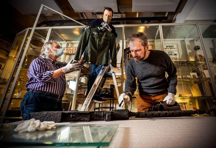 Medewerkers van Museum Rotterdam '40-'45 NU zijn druk bezig met schoonmaken.