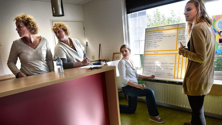 Leerkrachten van de Mariaschool in Rotterdam bij een van hun gezamenlijke sessies. Beeld Marcel van den Bergh