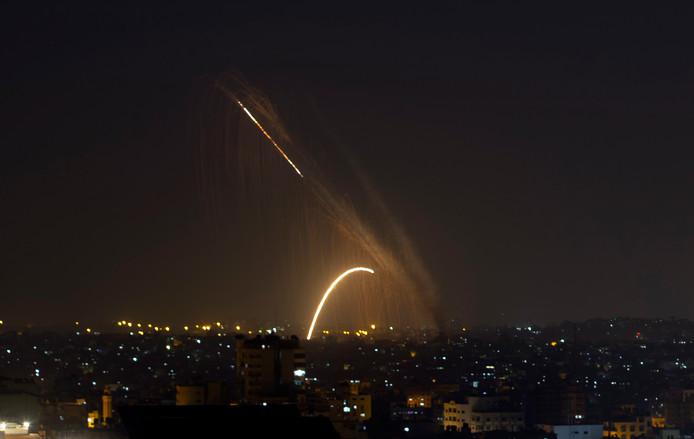 Een raket wordt afgevuurd vanuit de Gazastrook.