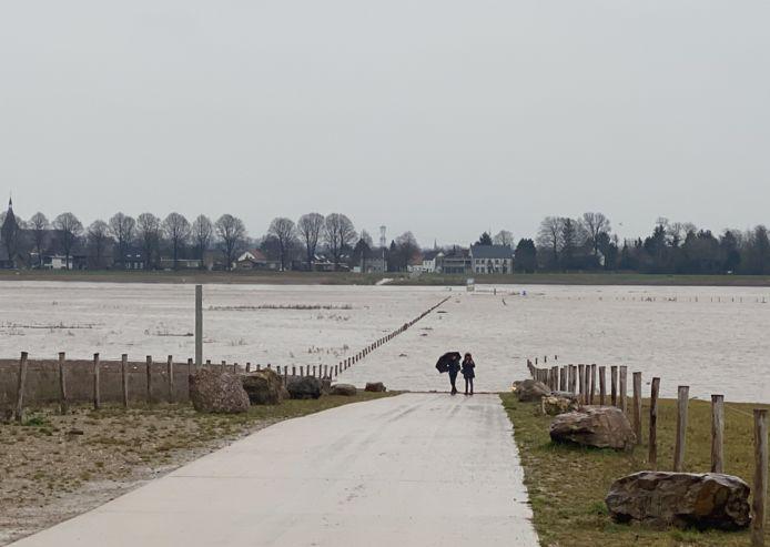 De Maas in Rotem lokte enkele kijklustigen.