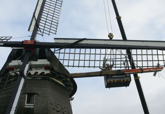 Henk Ilbrink hielp bij het vervangen van een onderdeel bij molen De Vlijt in Wapenveld . In het bakje boven in de lucht is hij te zien.