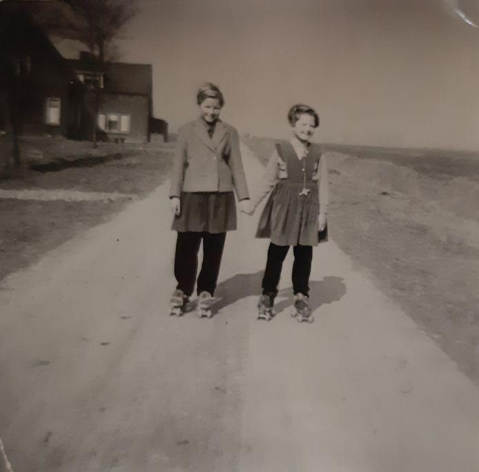 Anneke de Waard (l) en Riet Vos op Tiengemeten.