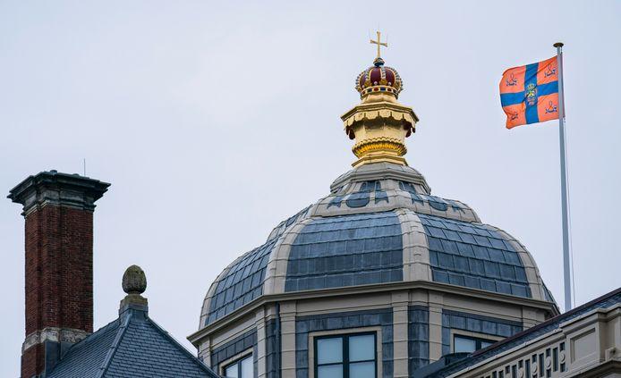 De Koninklijke standaard op Paleis Huis ten Bosch in Den Haag.